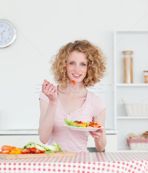 Stockfoto: Mooie · blonde · vrouw · eten · groenten · keuken · vrouw