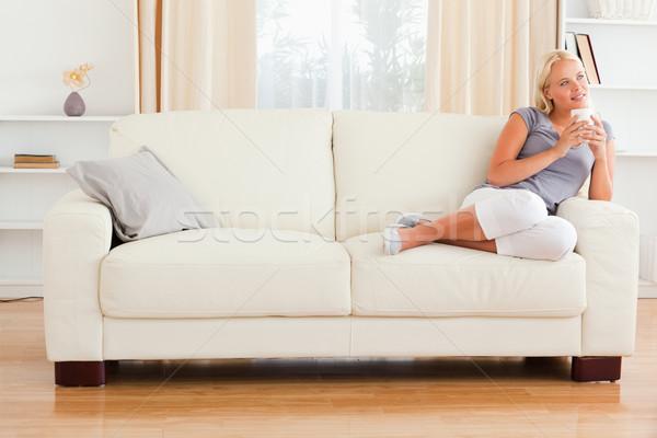 Ruhig Frau halten Tasse Kaffee Wohnzimmer Stock foto © wavebreak_media