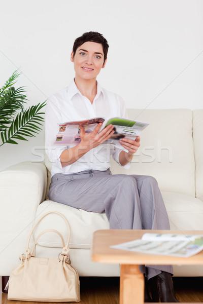 Cute donna lettura magazine sala di attesa fiore Foto d'archivio © wavebreak_media