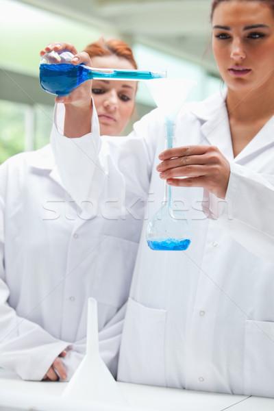 Portré tudósok áramló folyadék flaska laboratórium Stock fotó © wavebreak_media