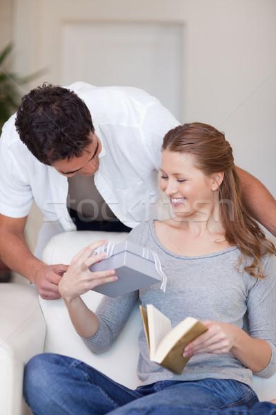 Junger Mann vorliegenden Freundin glücklich home Paar Stock foto © wavebreak_media