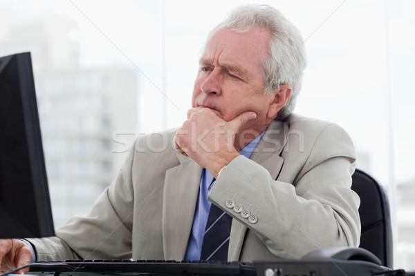 Fókuszált idős menedzser dolgozik monitor iroda Stock fotó © wavebreak_media