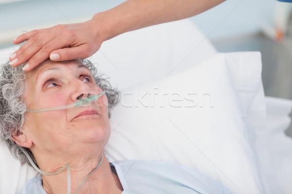 Nővér megérint homlok beteg kórház nő Stock fotó © wavebreak_media