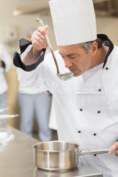 Chef dégustation soupe cuisine Homme pot Photo stock © wavebreak_media