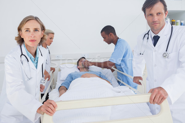 Grave médicos listo mover paciente mujer Foto stock © wavebreak_media
