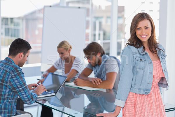 Team Sitzung eine Frau stehen lächelnd Kamera Stock foto © wavebreak_media