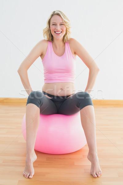 Stock fotó: Derűs · szőke · nő · terhes · nő · ül · testmozgás · labda