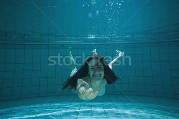 Dość brunetka uśmiechnięty oferowanie strony podwodne Zdjęcia stock © wavebreak_media