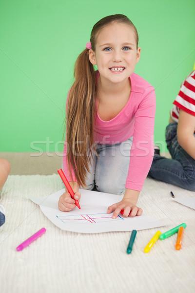 Cute weinig schoolmeisje glimlachend camera tekening Stockfoto © wavebreak_media