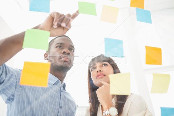 Fókuszált csapatmunka néz cetlik iroda megbeszélés Stock fotó © wavebreak_media