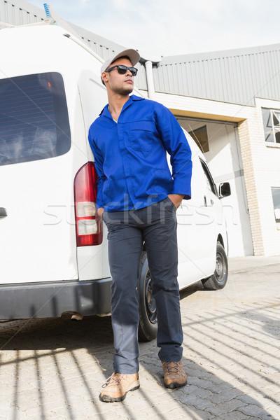 élégant bricoleur posant lunettes de soleil van Photo stock © wavebreak_media