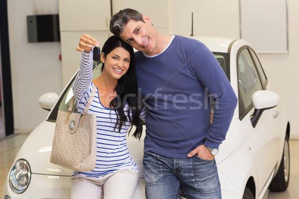 Mosolyog pár tart új autó kulcs bemutatóterem Stock fotó © wavebreak_media