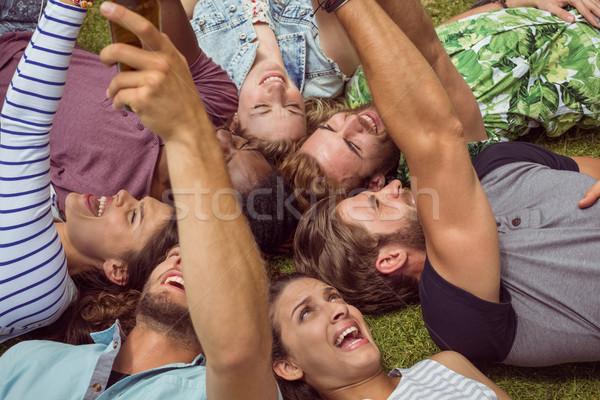 Feliz jovem amigos grama homem verão Foto stock © wavebreak_media