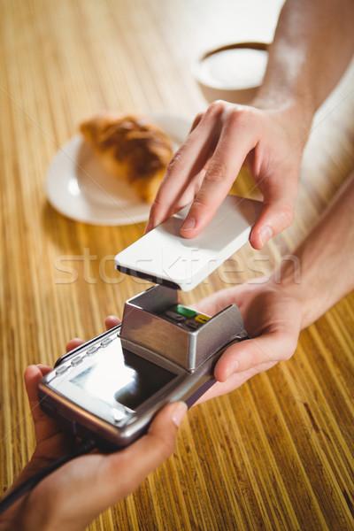 Fizet croissant kávé okostelefon kávézó nő Stock fotó © wavebreak_media