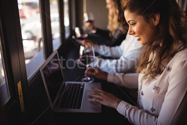 Nő laptopot használ étterem gyönyörű nő baba bor Stock fotó © wavebreak_media