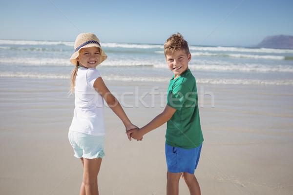 Portret rodzeństwo trzymając się za ręce brzegu plaży Zdjęcia stock © wavebreak_media