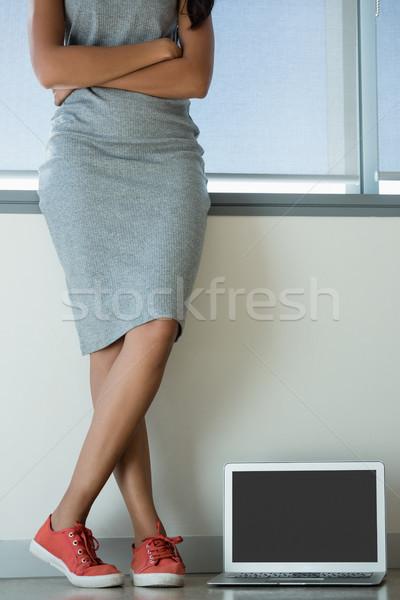 Basso sezione donna indossare tela piedi Foto d'archivio © wavebreak_media
