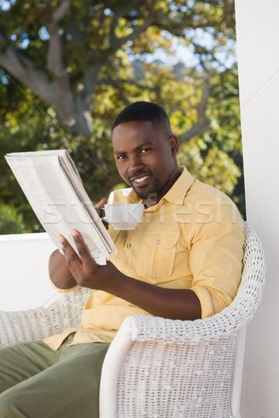 Retrato homem xícara de café leitura jornal Foto stock © wavebreak_media
