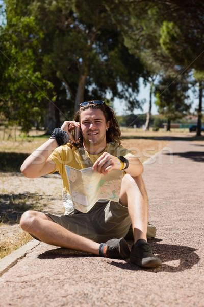 Turist adam harita konuşma cep telefonu park Stok fotoğraf © wavebreak_media