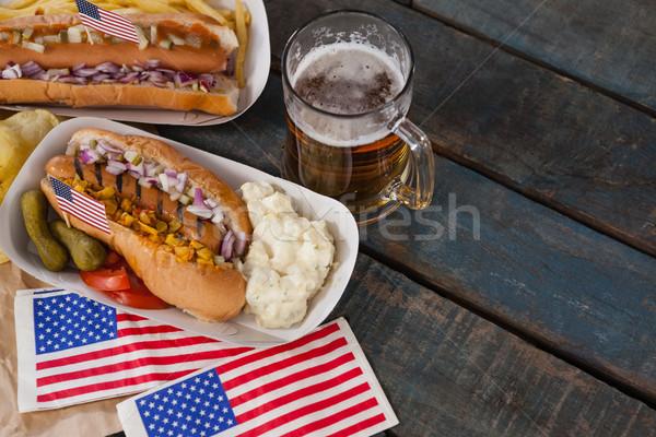 Cachorro-quente vidro cerveja bandeira americana mesa de madeira beber Foto stock © wavebreak_media
