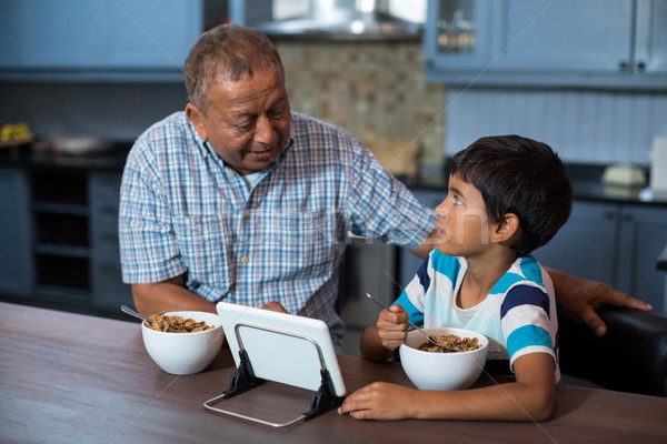 Dziadek wnuk śniadanie domu człowiek Zdjęcia stock © wavebreak_media