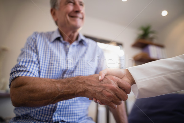 Senior mannelijke patiënt handen schudden vrouwelijke arts Stockfoto © wavebreak_media