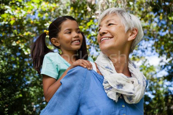 Gelukkig grootmoeder op de rug kleindochter Stockfoto © wavebreak_media