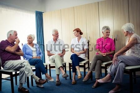 Vrouwelijke arts vergadering senior mensen stoelen Stockfoto © wavebreak_media
