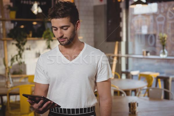 Pincér tart digitális tabletta kávézó fiatal Stock fotó © wavebreak_media