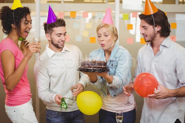 üzletasszony fúj születésnapi gyertyák iroda kollégák néz Stock fotó © wavebreak_media
