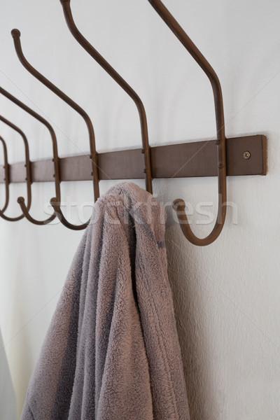 Roupão de banho enforcamento gancho branco parede Foto stock © wavebreak_media