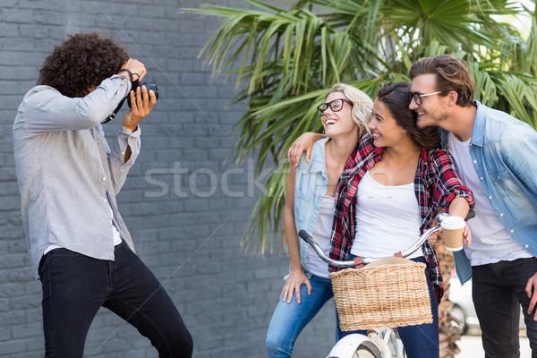 Homem foto amigos ao ar livre moda Foto stock © wavebreak_media