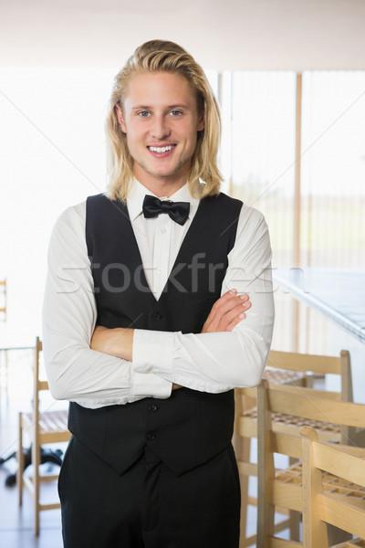 Camarero los brazos cruzados pie restaurante retrato negocios Foto stock © wavebreak_media
