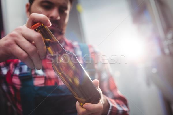 Mannelijke fabrikant onderzoeken bierfles brouwerij man Stockfoto © wavebreak_media