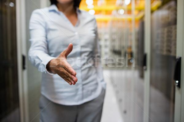 Technikus kezet fog középső rész szerver szoba nő Stock fotó © wavebreak_media