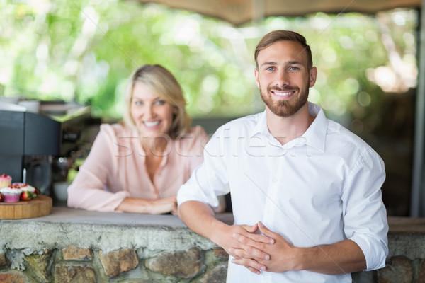 Pincér vásárló áll pult étterem portré Stock fotó © wavebreak_media
