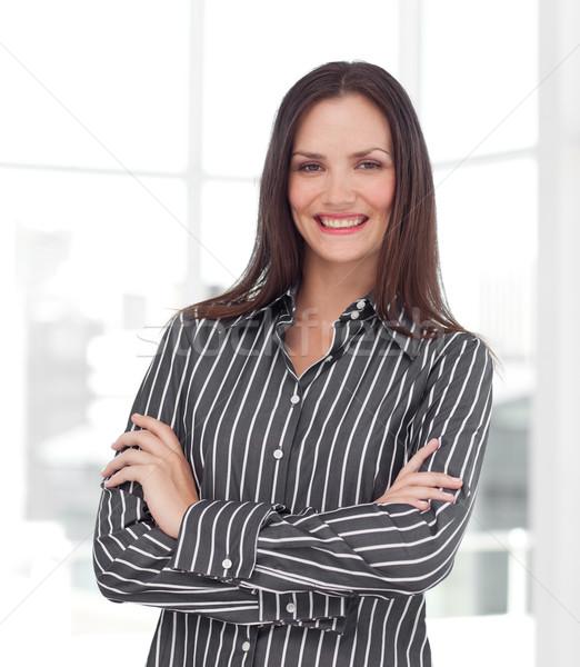 Sonriendo jóvenes mujer de negocios doblado armas atractivo Foto stock © wavebreak_media