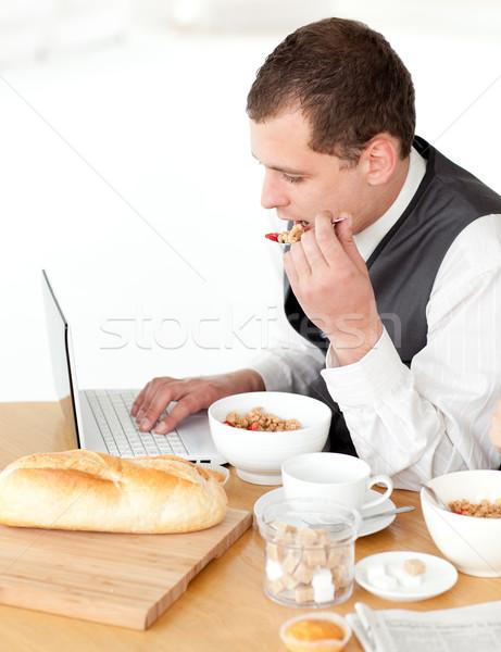 Bájos üzletember laptopot használ reggeli otthon internet Stock fotó © wavebreak_media