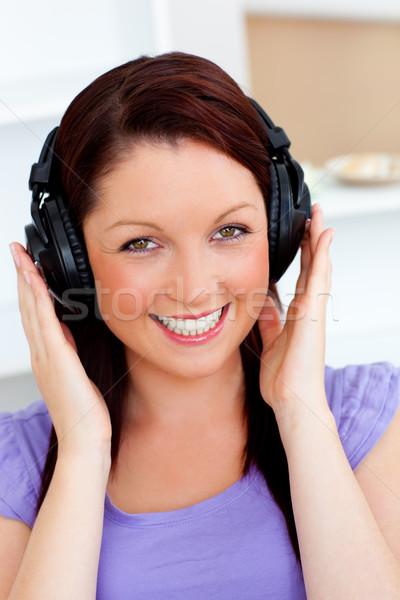 Glimlachend mooie vrouw luisteren muziek hoofdtelefoon naar Stockfoto © wavebreak_media
