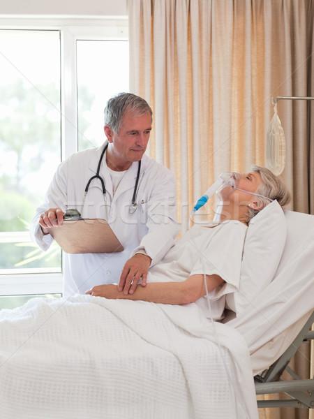 Arts onderzoeken patiënt vrouw ziekenhuis bed Stockfoto © wavebreak_media