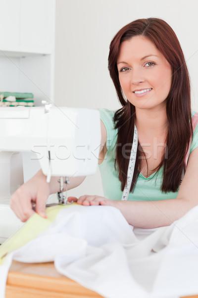 Prachtig vrouwelijke naaimachine woonkamer vrouw werk Stockfoto © wavebreak_media