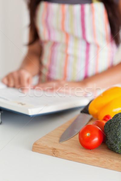 Fiatal női tanácsadás notebook áll konyha Stock fotó © wavebreak_media