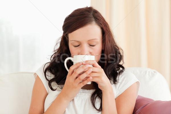 Portret przepiękny kobieta pitnej kawy bawialnia Zdjęcia stock © wavebreak_media