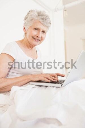 Zdjęcia stock: Portret · telefonu · kobieta · notebooka · sypialni · komputera · uśmiech