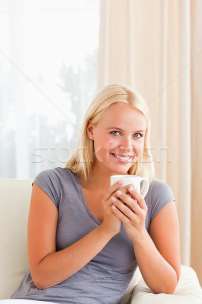 Portret vrouw vergadering bank beker thee Stockfoto © wavebreak_media