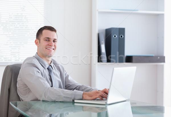 Zufrieden jungen Geschäftsmann arbeiten Laptop Business Stock foto © wavebreak_media