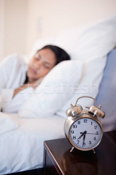 ébresztőóra ágy fiatal nő alszik óra belső Stock fotó © wavebreak_media