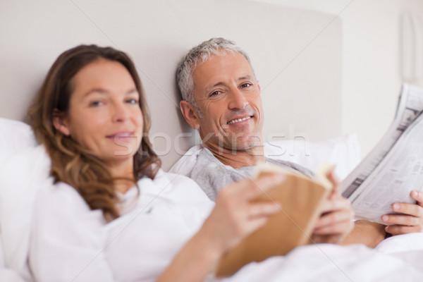 счастливым женщину чтение книга муж Новости Сток-фото © wavebreak_media