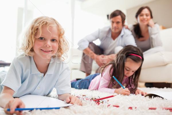 Crianças desenho pais sala de estar família sorrir Foto stock © wavebreak_media