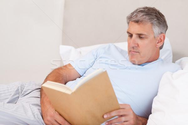 成熟した男 読む 図書 ベッド 男 幸せ ストックフォト © wavebreak_media